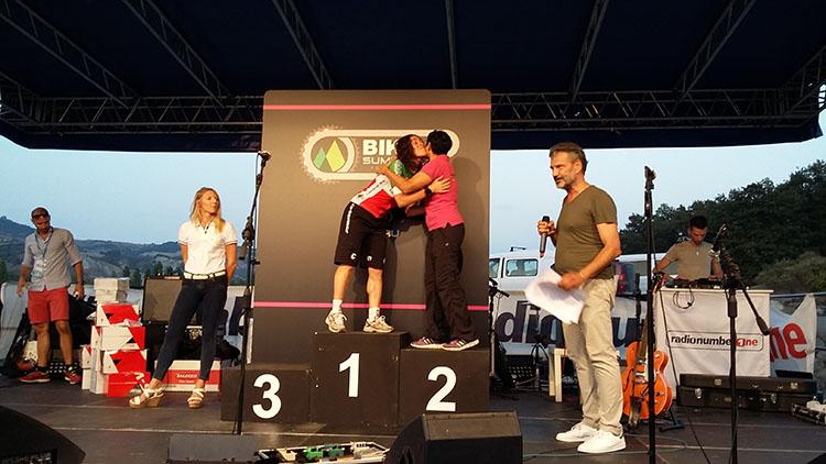 Abbraccio tra Silvia Filiberti e Vcitoria Spadaro Grant durante le premiazioni della gara femminile xc Bike Summer Festival